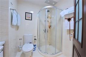 现代卫生间隐形门实景图