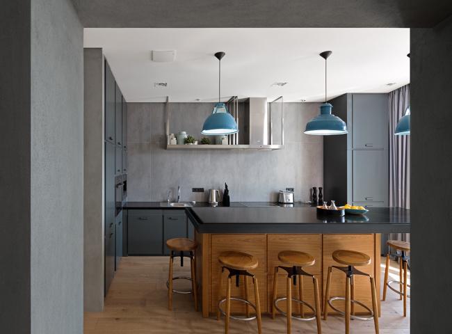 客厅与餐厅厨房之间的隔断墙是水泥面墙,把水泥墙面打磨光以后透出哑