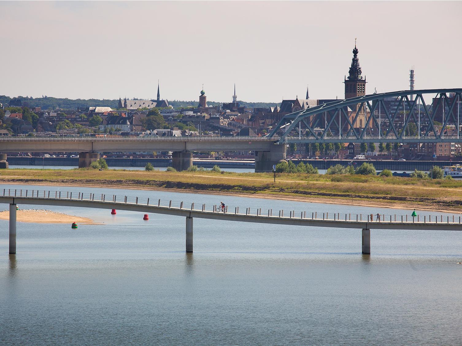 荷兰钢琴桥,漂浮于水面的桥